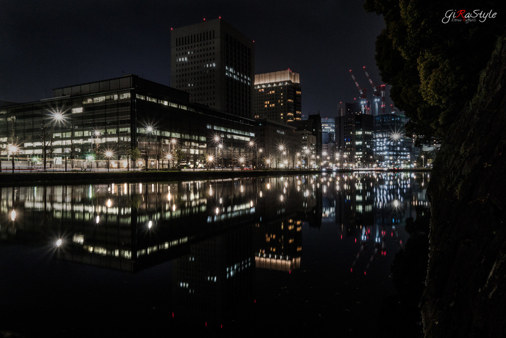 Tokyo di notte riflessa nel fossato