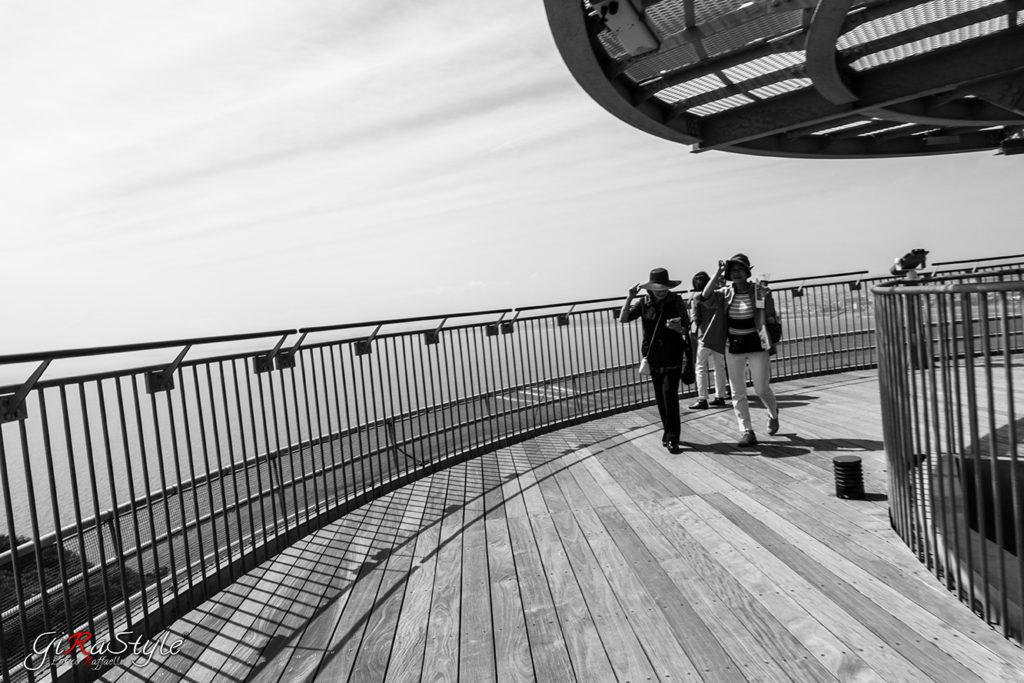 Turiste sul Sea Candle Enoshima