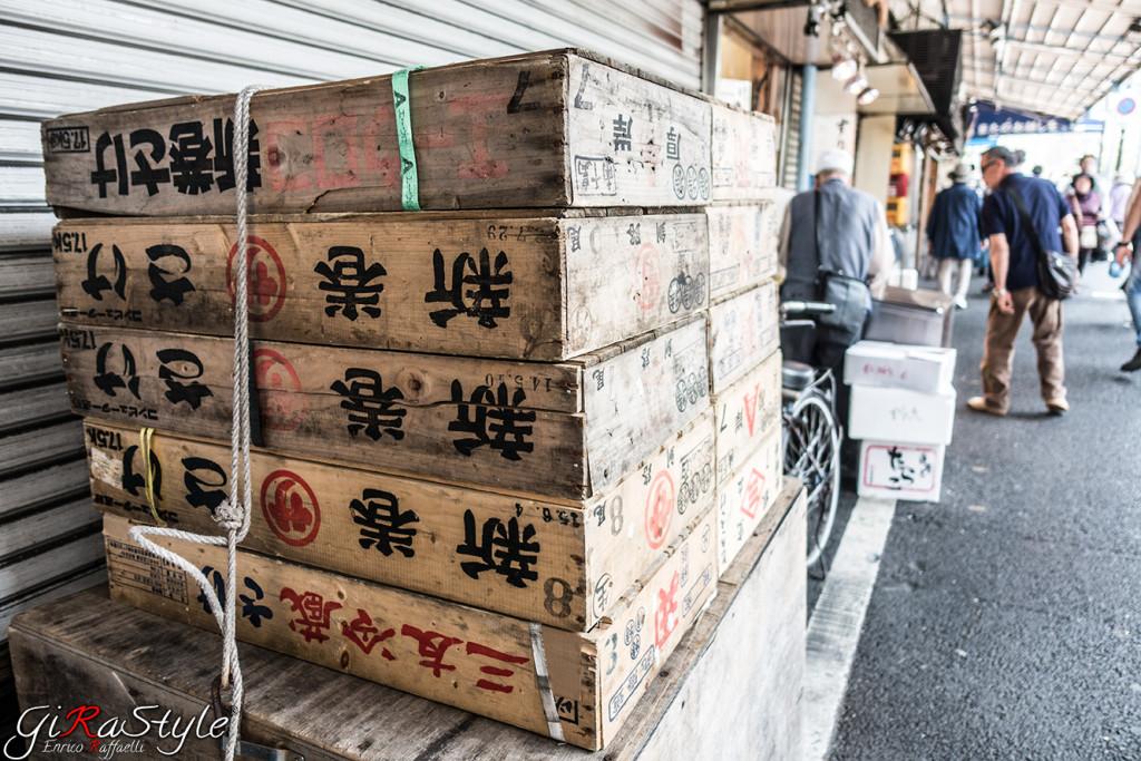 alcune tipiche cassette usate al Mercato del Pesce di Tokyo(Tsukiji).
