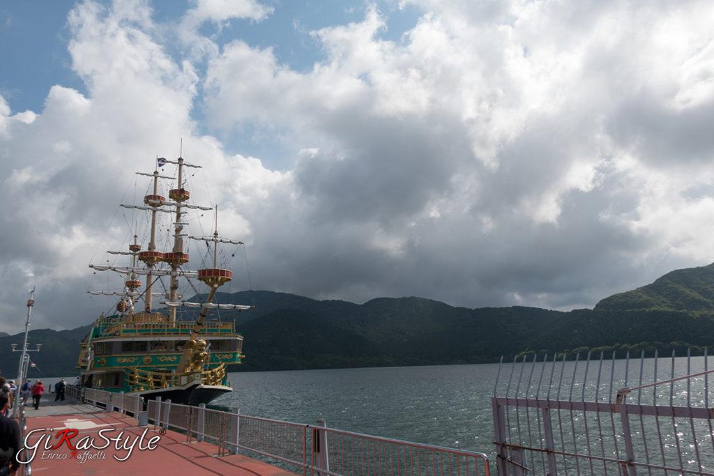 nave battello sul lago Ashi