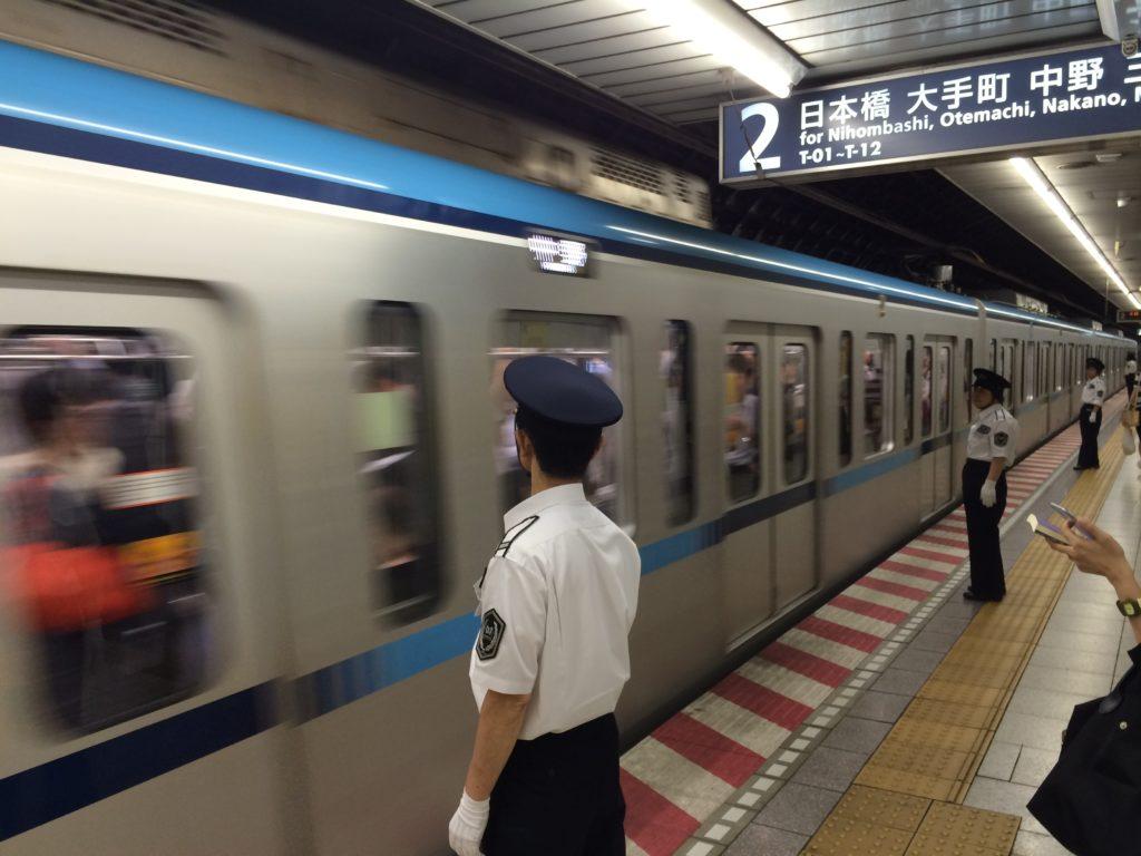 Agenti impegnati nella Metropolitana di Tokyo